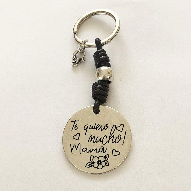 """Llavero personalizado con la frase: """"Te quiero mucho Mamá"""". Puedes grabar detrás tu mensaje."""