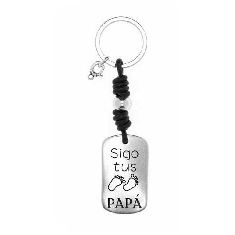 """Llavero personalizado con la frase """"Sigo tus PASOS Papá"""". En que se han sustiduido la palabra """"pasos""""por dos pies."""
